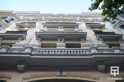 Vista de la fachada desde la entrada del hotel con ventanas de aislamiento térmico