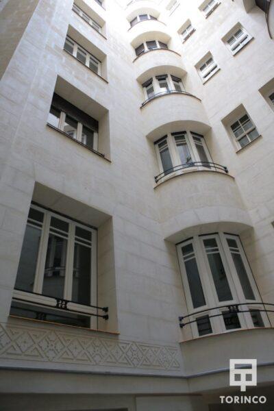 Interior del Hotel con ventanas de aislamiento térmico