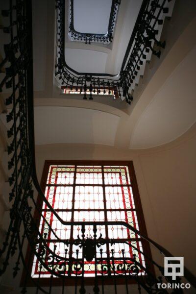 Zona de las escaleras del hotel con ventanas de aislamiento térmico