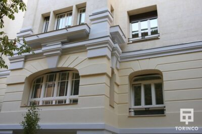 Fachada lateral del Hotel con ventanas de aislamiento térmico