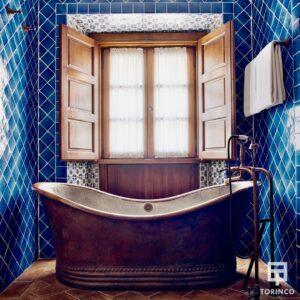 Bañera de la habitación con ventanas resistentes al fuego