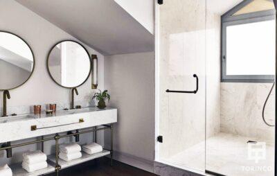 Baño con ventanas de aislamiento acústico y térmico