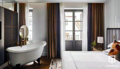 Vista general de la habitación del hotel con la bañera y la ventana de aislamiento acústico y térmico