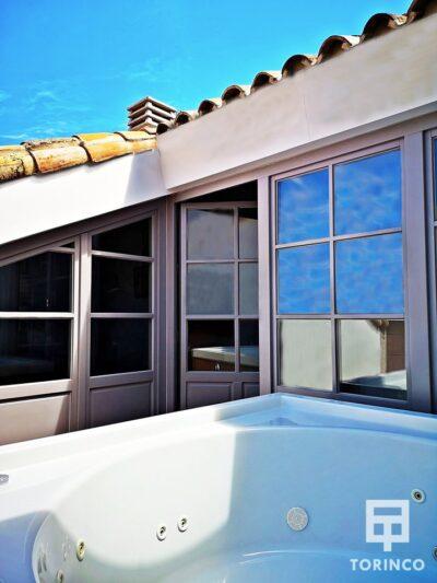 Jacuzzi de la habitación con las ventanas de aislamiento acústico y térmico