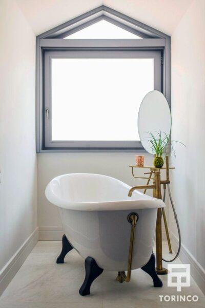 Bañera del hotel con ventana de aislamiento acústico y térmico.