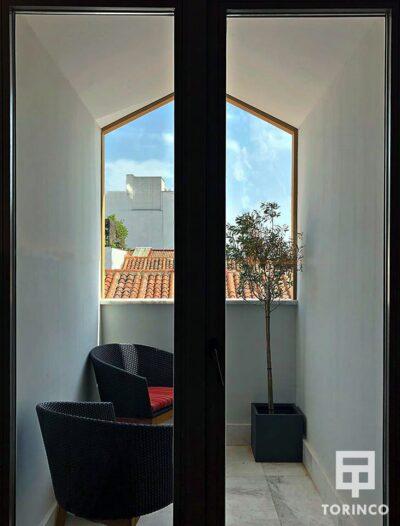 Terraza de la habitación del hotel con puerta con aislamiento acústico y térmico.