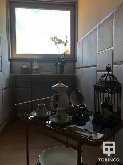 Zona de relax de la habitación del hotel con ventana de aislamiento acústico y térmico