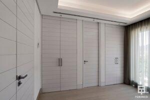 Armarios de la vivienda con puertas con altas prestaciones y elementos adicionales