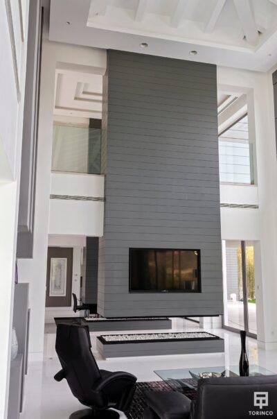 Salón de la vivienda con puertas con altas prestaciones y elementos adicionales