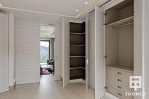 Armarios de la habitación de la vivienda con puertas con altas prestaciones y elementos adicionales