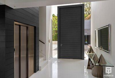 Entrada a la vivienda con puertas con altas prestaciones y elementos adicionales