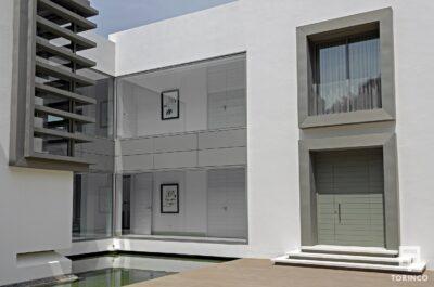 Vivienda de la urbanización con puertas con altas prestaciones y elementos adicionales