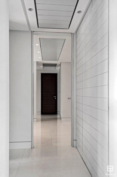 Pasillo de la vivienda con puertas con altas prestaciones y elementos adicionales