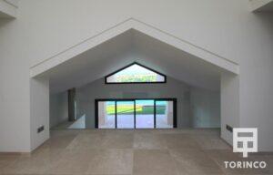 Habitación de la vivienda con ventanas con cerramiento de alta seguridad y gran apertura