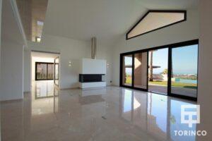 Salón de la vivienda con ventanales con cerramiento de alta seguridad y gran apertura