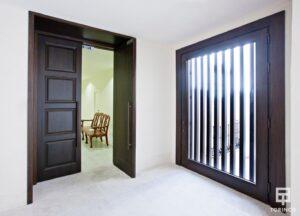 Entrada con ventanas resistente al fuego, con puertas de altas presiones, alta durabilidad y elementos adicionales