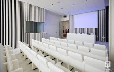 Sala de conferencias con ventanas resistente al fuego, con puertas de altas presiones, alta durabilidad y elementos adicionales