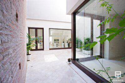 Patio con ventanas resistente al fuego, con puertas de altas presiones, alta durabilidad y elementos adicionales