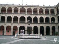 Patio Interior del palacio nacional con ventanas con cerramientos antibalas
