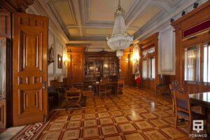 Habitación del palacio con ventanas con cerramiento antibalas
