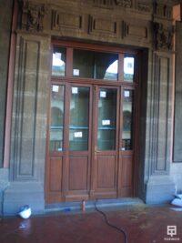 Puerta de la vivienda con cerramiento antibalas