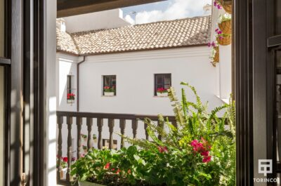 Balcón de la habitación con ventanas de madera de alta durabilidad