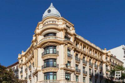 Fachada del hotel con ventas de aislamiento acústico y resistentes al fuego.