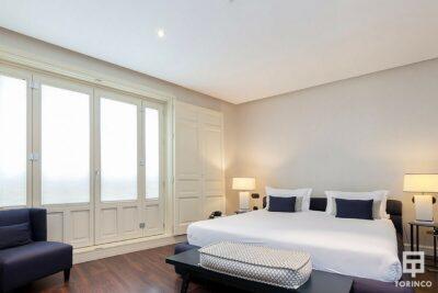 Habitación del hotel con ventanas de aislamiento acústico y resistentes al fuego