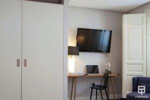 Zona de trabajo en la habitación con una ventana de aislamiento acústico y resistentes al fuego.