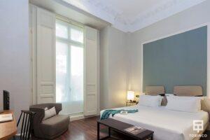 Vista general de la habitación del hotel con una venta de aislamiento acústico y resistentes al fuego.
