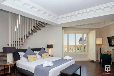 Habitación con unas vista increibles a través de la ventana de aislamiento acústico y resistentes al fuego