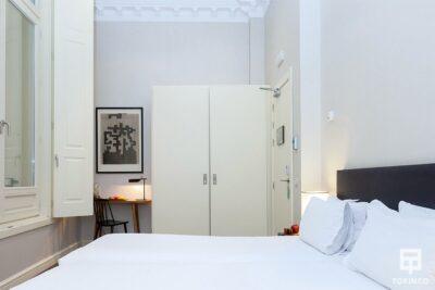 Habitación del hotel con ventana de aislamiento acústico y resistentes al fuego