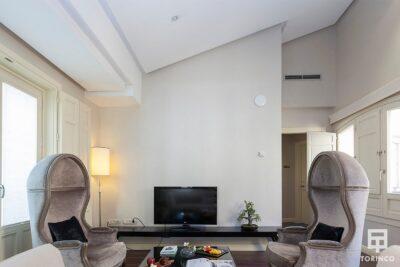 Salón de la habitación con ventanas de aislamiento acústico y resistentes al fuego