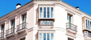 Fachada del hotel con ventana de aislamiento acústico