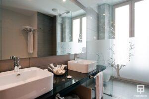 Baño del hotel con una ventana de aislamiento acústico