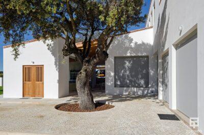 Patio de la vivienda con ventanas con cerramientos de alta seguridad y gran apertura