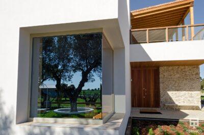Zona de entrada a la vivienda con ventanas con cerramientos de alta seguridad y gran apertura