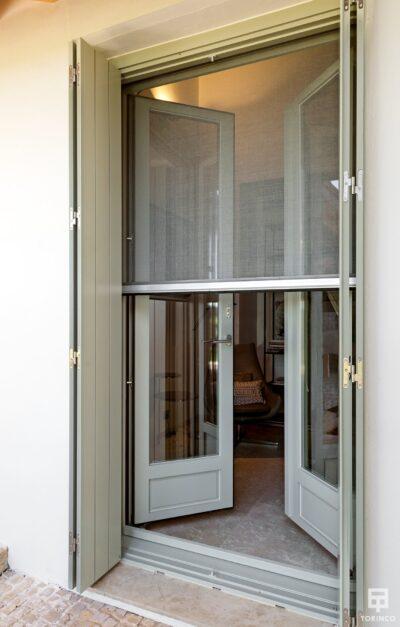 Puerta con cerramiento de alta seguridad y gran apertura