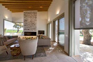 Salón de la vivienda con ventanas y puertas con cerramiento de alta seguridad y gran apertura