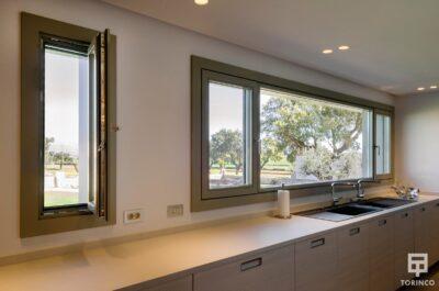 Cocina de la vivienda con Ventanas con cerramiento de alta seguridad y gran apertura