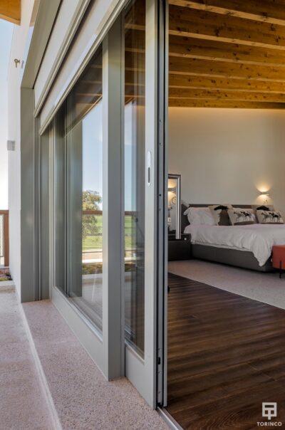 Dormitorio de la vivienda con puertas con cerramiento de alta seguridad y gran apertura