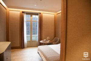 Habitación del hotel con una ventana de aislamiento acústico