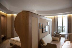 Vista de la habitación completa, con una ventana de aislamiento acústico al fondo.
