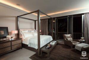 Dormitorio de la vivienda con ventanales con cerramiento de alta seguridad, puertas de altas prestaciones y elementos adicionales