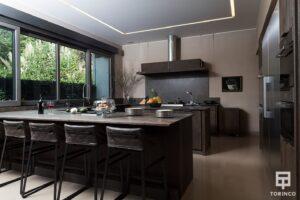 Cocina de la vivienda con ventanas de cerramiento de alta seguridad puertas de altas prestaciones y elementos adicionales
