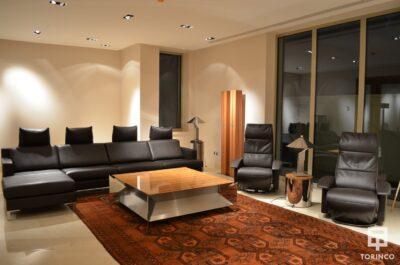 Salón de la vivienda con ventanas de cerramiento de alta seguridad