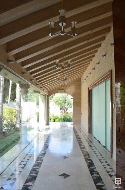 Pasillo de la vivienda con ventanas de cerramiento de alta seguridad