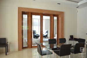 Comedor de la vivienda con puertas y ventanas de cerramiento de alta seguridad