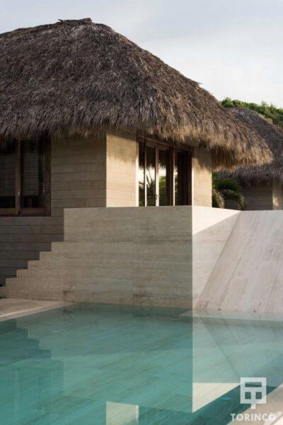 Zona de piscina de la vivienda con ventanas de madera de aislamiento térmico y gran apertura