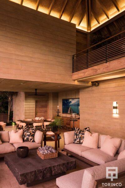Salón de la vivienda con ventanas de madera de aislamiento térmico